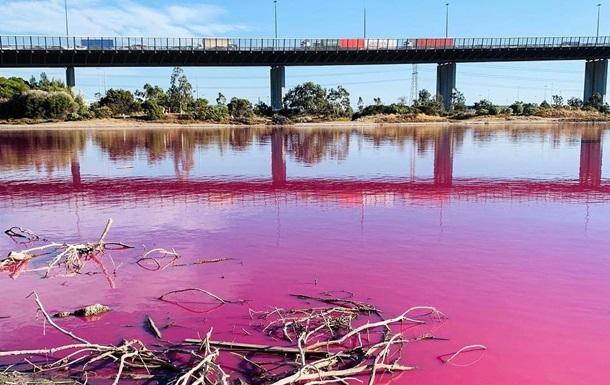 В Австралии озеро стало ярко-розовым