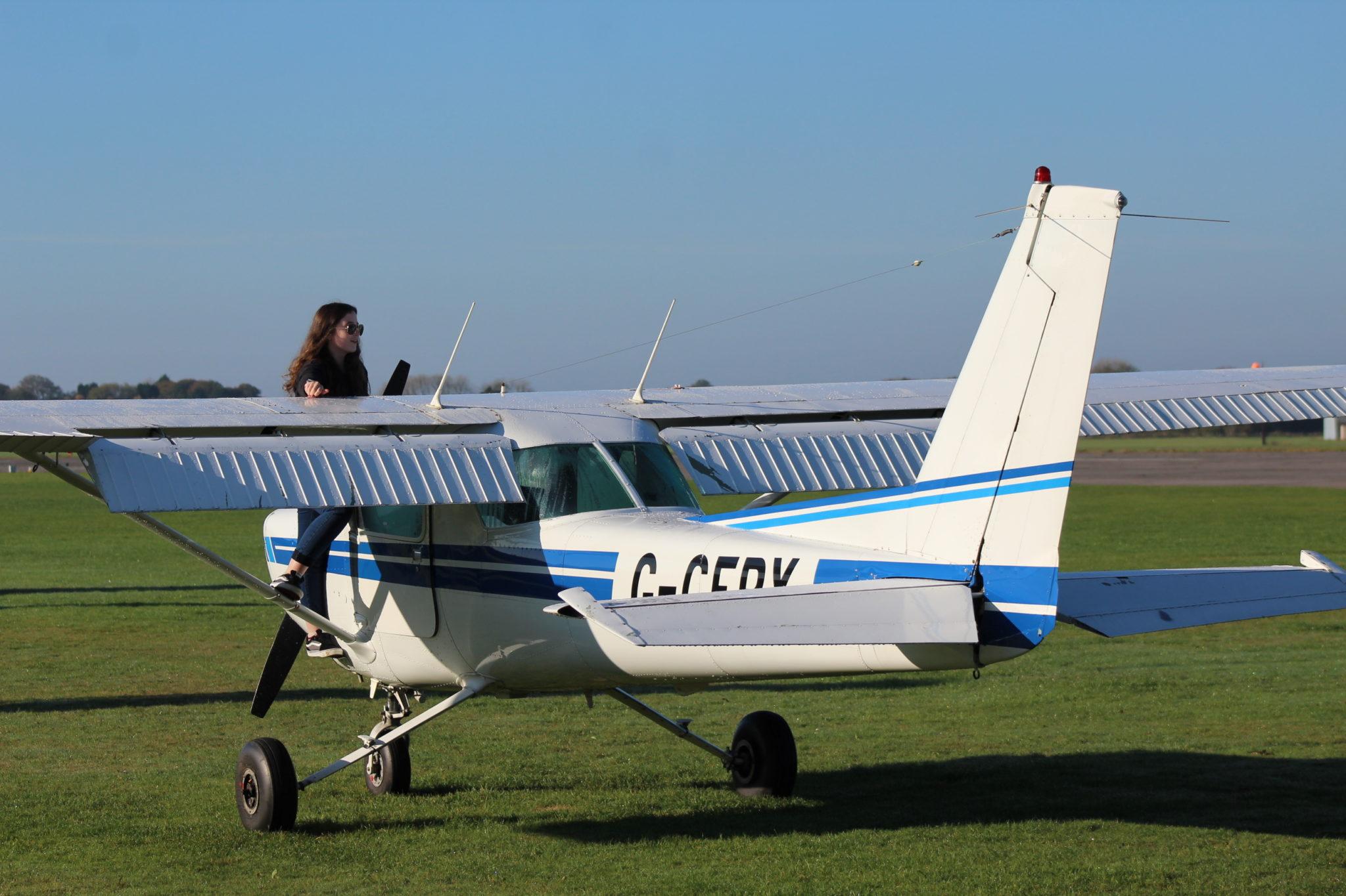 16-летняя британка стала самой юной девушкой-пилотом в мире