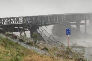 В Новой Зеландии река смыла мост
