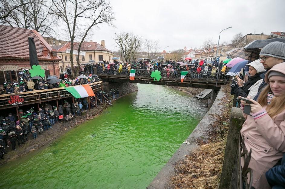 В Вильнюсе окрасили реку в зеленый цвет.Вокруг Света. Украина