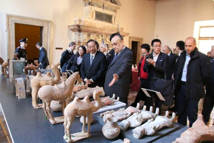 Италия вернет Китаю почти 800 культурных реликвий