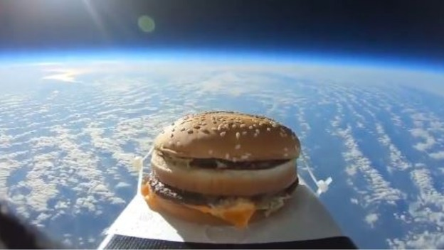 Британец запустил в космос БигМак (видео)
