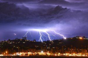 В Калифорнии за 5 минут ударило 2200 молний (видео)