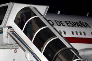 Королевская семья час сидела в самолете: не было трапа