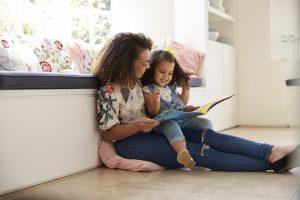 Бумажные книги сближают родителей с детьми больше, чем электронные