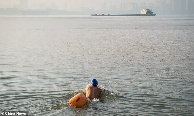 Китаец 11 лет добирается в офис, переплывая реку Янзцы