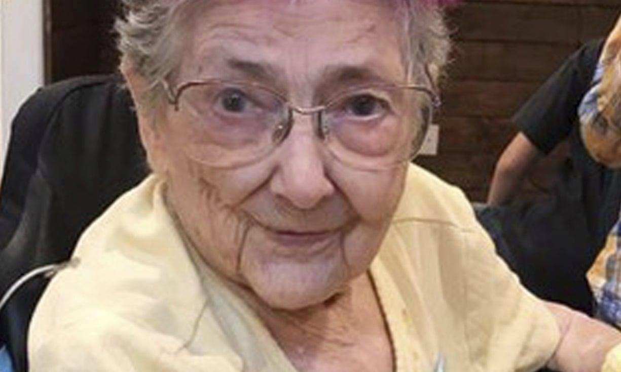 В США женщина прожила 99 лет, не зная, что она «отражение»
