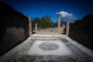 Британская туристка попыталась срезать древнюю мозаику в Помпеях