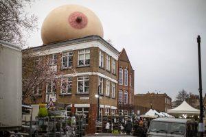 В Лондоне установили огромные надувные груди