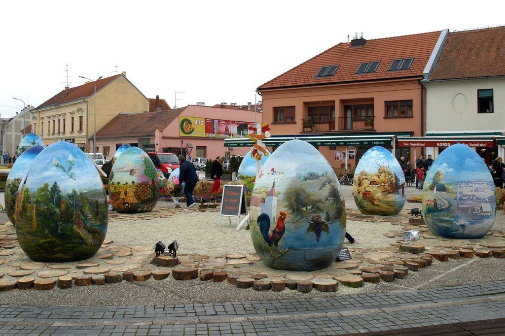 Городок в Хорватии украсил площадь двухметровыми писанками