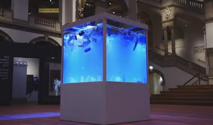 В Амстердаме экспонируют 2700 литров «пластикового супа»