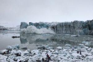 В Исландии туристов чуть не смыло мини-цунами