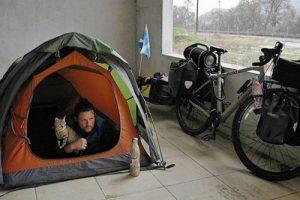 Шотландец путешествует по миру на велосипеде с кошкой