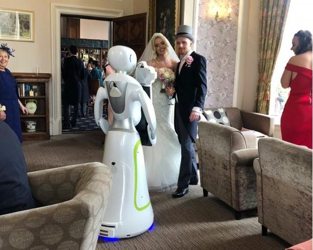 В Великобритании состоялась первая в истории свадьба с роботом-фотографом.Вокруг Света. Украина