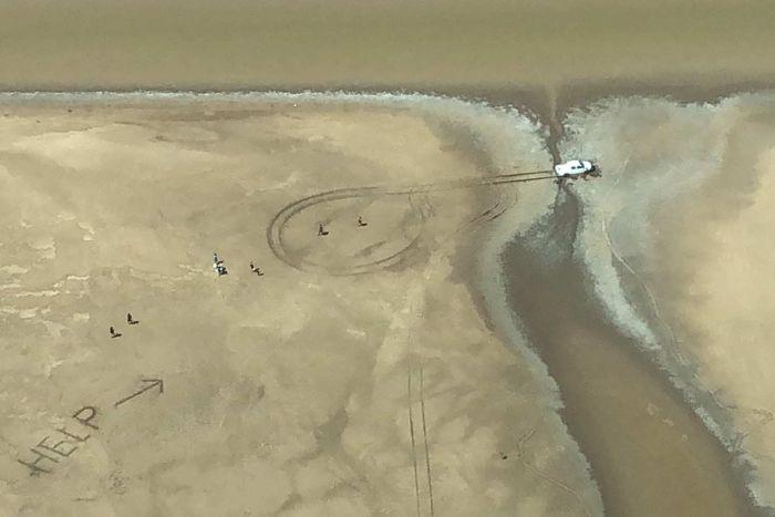 В Австралии застрявшую пару обнаружили по нацарапанному в грязи