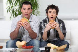 Как отучить подростка от фастфуда: ноу-хау психологов
