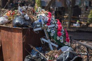 Украинцев призвали обойтись без пластика в поминальные дни