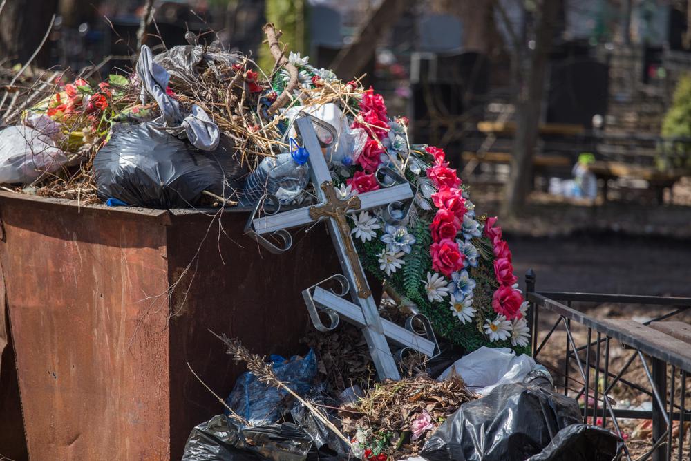 Украинцев призвали обойтись без пластика в поминальные дни.Вокруг Света. Украина