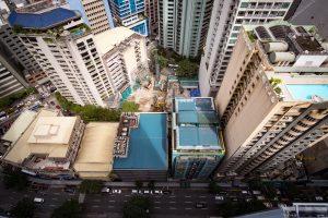 На Филиппинах из-за землетрясения на небоскребе расплескался бассейн