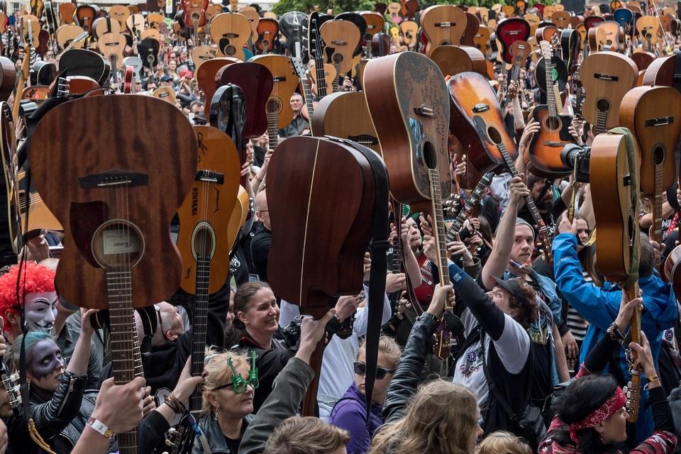 В Польше побили рекорд Гиннеса по совместной игре на гитарах