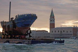 Корабль мигрантов, затонувший у берегов Италии, покажут на Венецианской биеннале