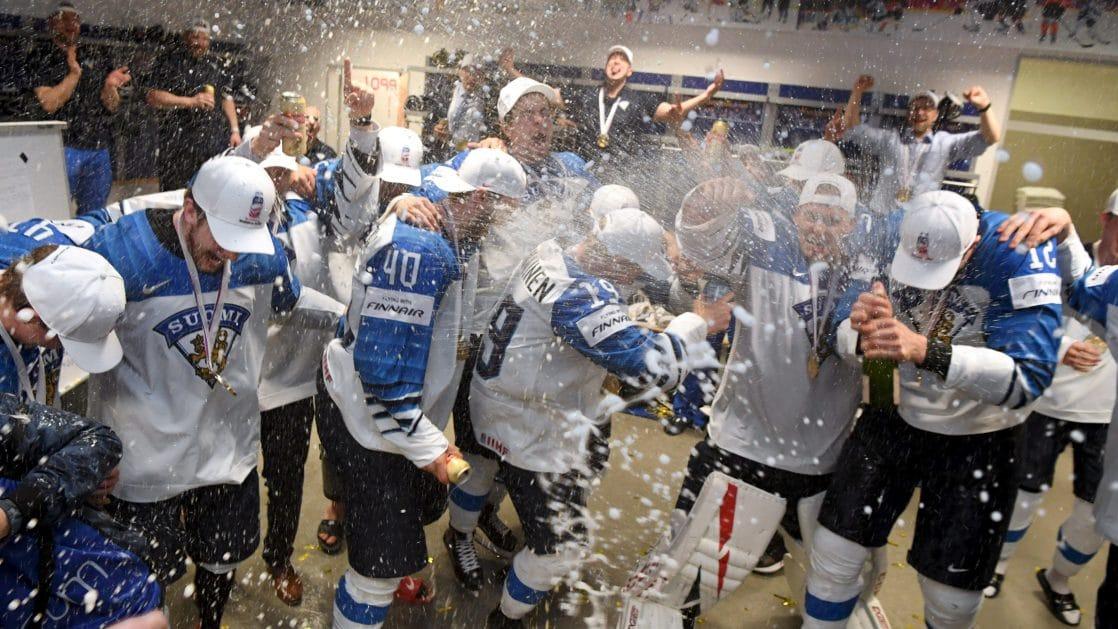 Финский журналист съел газету в честь национальной хоккейной сборной