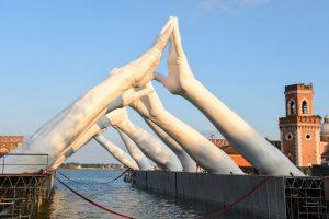 В Венеции появился мост из гигантских рук