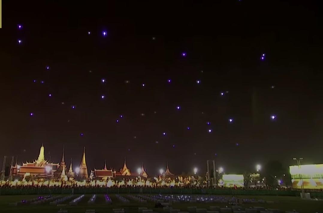 Световое шоу дронов поставило яркую точку в коронации короля Таиланда