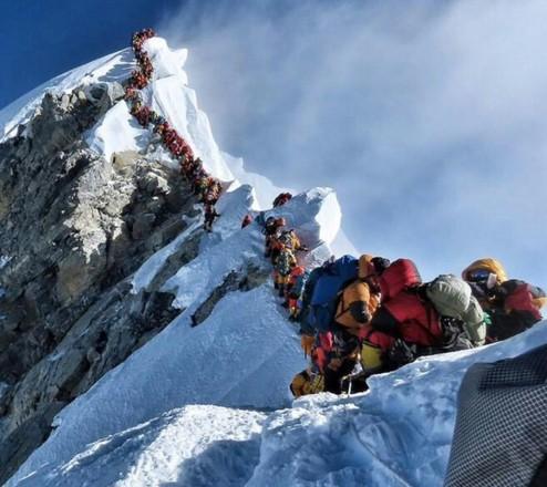 На Эвересте погибли два альпиниста из-за очереди на подъем