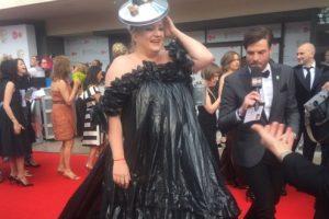 Актриса появилась на красной дорожке в платье из мусора