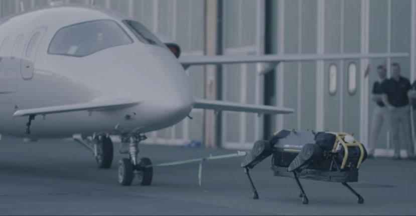 Маленький робот сдвинул с места самолет
