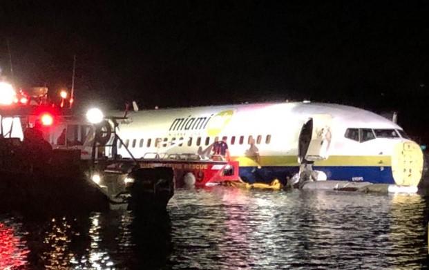Во Флориде пассажирский самолет упал в реку