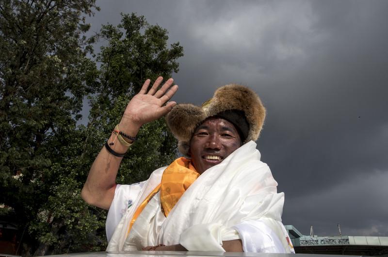 Непалец установил мировой рекорд по восхождениям на Эверест