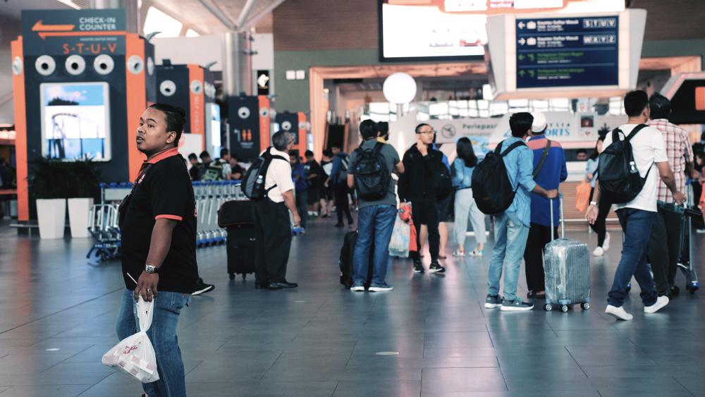 Работника сингапурского аэропорта посадили за недовешивание багажа