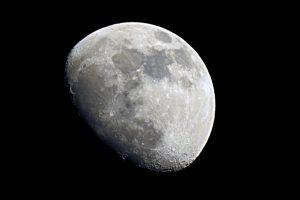 В Луну врезалась карликовая планета – поэтому ее полушария асимметричны