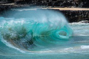 На Гавайях гигантская волна смыла туристок