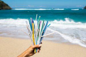 В Англии запретили пластиковые трубочки, ватные палочки и мешалки для напитков
