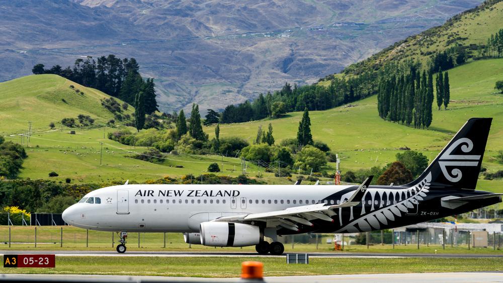 Женщину высадили из самолета из-за отказа смотреть видео о безопасности