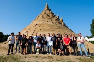 В Германии построили самый высокий в мире замок из песка