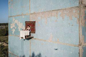 Российский художник накрыл стол на стене дома