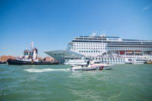 В Венеции огромный круизный лайнер врезался в причал: видео