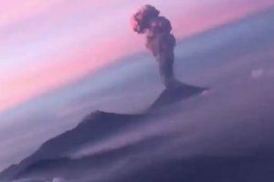 В Мексике очевидец поднялся над вулканом