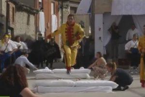 В Испании прошел праздник прыжков через младенцев