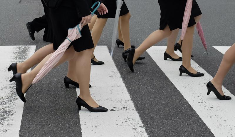 В Японии женщинам не разрешили избавиться от каблуков