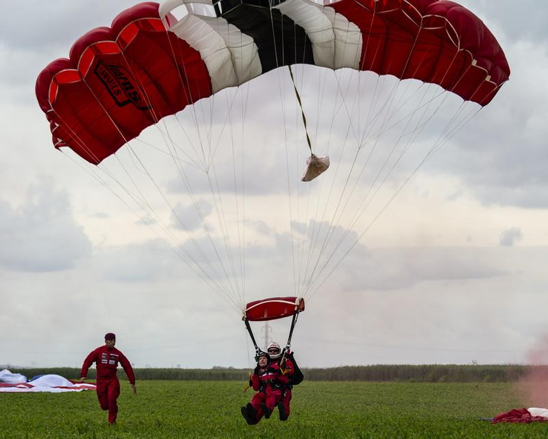 Ветераны-участники высадки в Нормандии снова прыгнули с парашютом через 75 лет