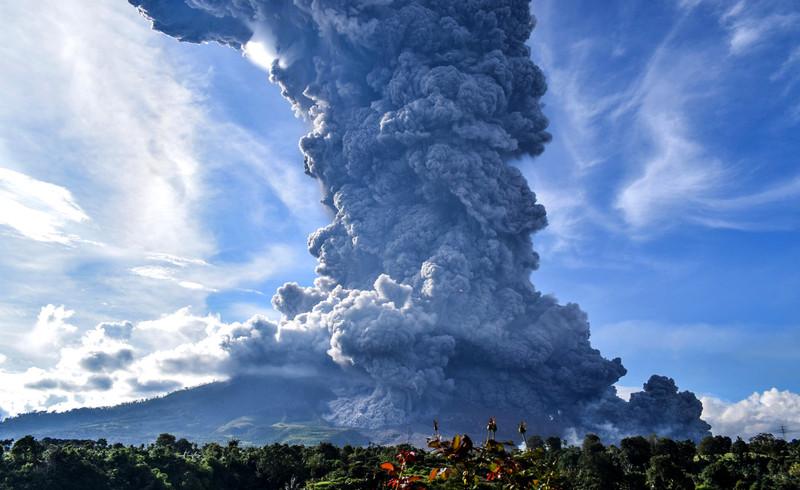 В Индонезии вулкан Синабунг «выплюнул» столб пепла в 7 км