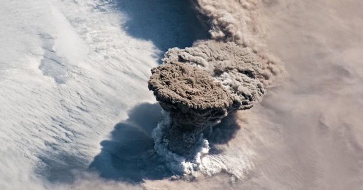 Вулкан Райкоке проснулся впервые за 100 лет: взгляд из космоса