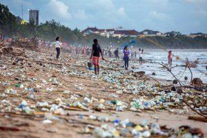 На Бали отчаянно пытаются сократить пластиковые отходы