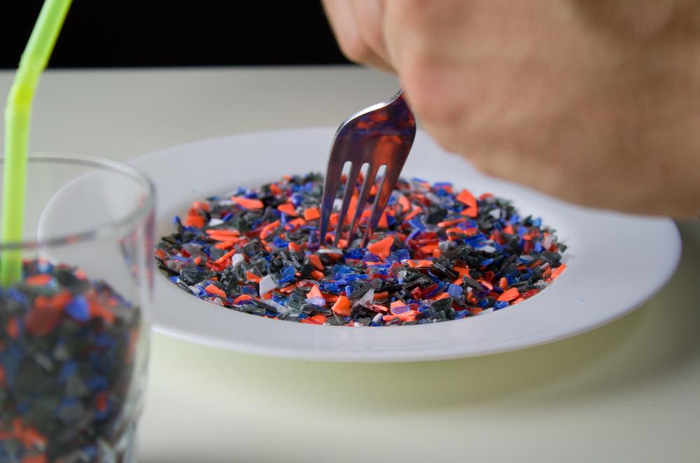 Люди съедают не менее 50 тысяч микрочастиц пластика в год