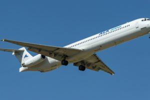 Стюардессу подбросило к потолку из-за турбулентности — видео